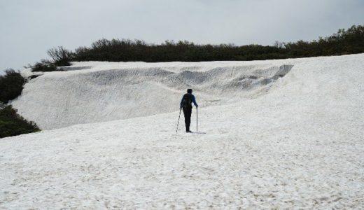 雪庇から雪渓へ 守門岳の春はこれから
